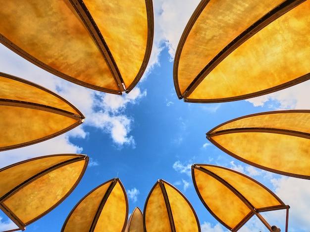Image de couvertures tropicales contre le ciel bleu
