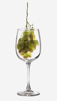 Image créative d'un gobelet en verre avec du vin