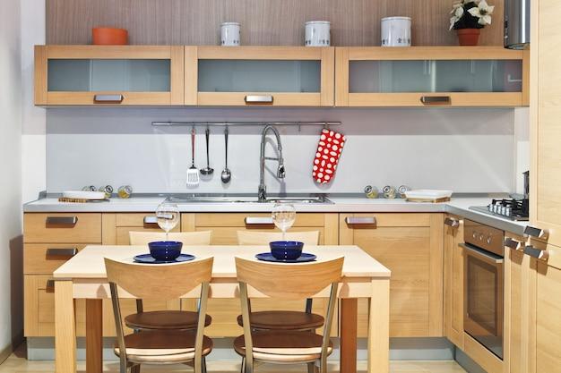 Image de cuisine en bois moderne avec table et chaise
