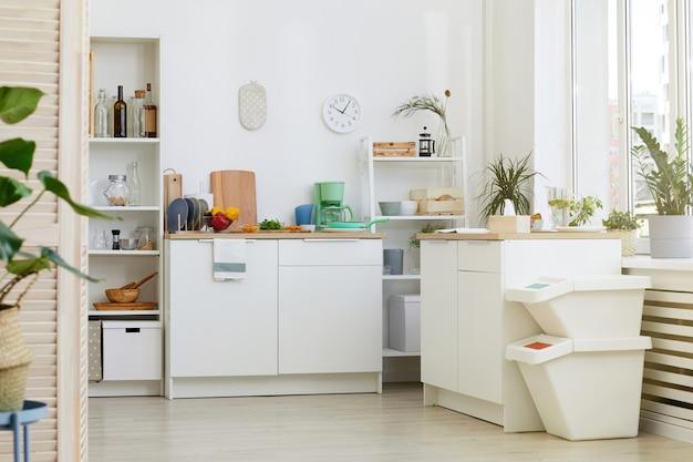 Image de cuisine moderne avec des meubles blancs à la maison