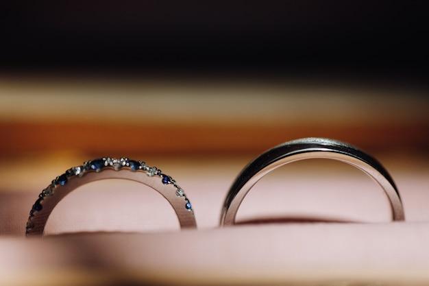 Image de délicates bagues de mariage dans la boîte