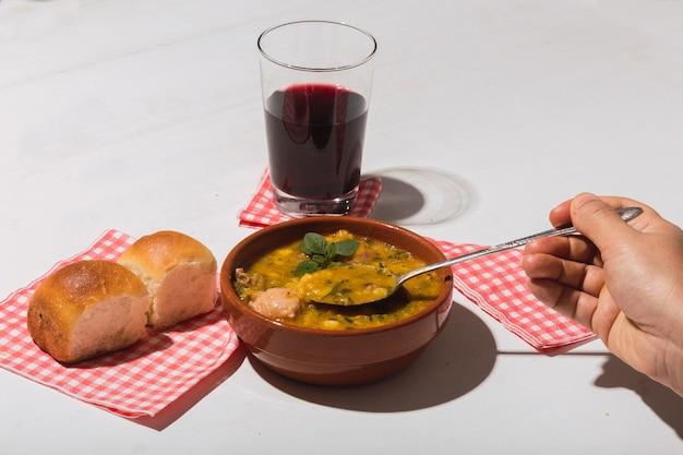 Image d'une délicieuse cuisine argentine typique, locro, sur fond blanc.