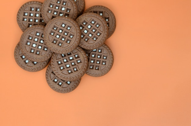 Image détaillée de biscuits sandwich rond brun foncé avec