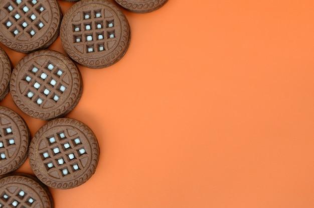Image détaillée de biscuits sandwich ronds, brun foncé, fourrés à la noix de coco