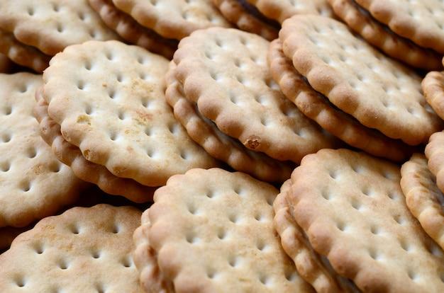 Image détaillée de biscuits sandwich ronds fourrés à la noix de coco