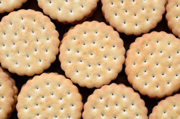 Image détaillée de biscuits sandwichs ronds fourrés à la noix de coco