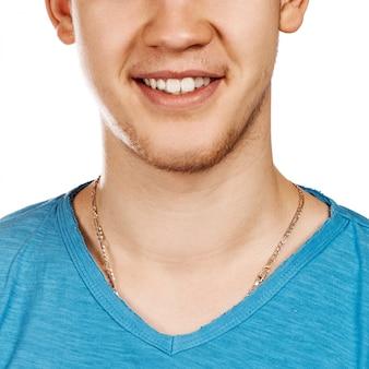 Image détaillée de jeune homme souriant avec des dents blanches parfaites