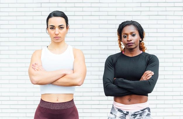 Image de deux femmes athlétiques. celui de droite vient d'une jeune femme noire.