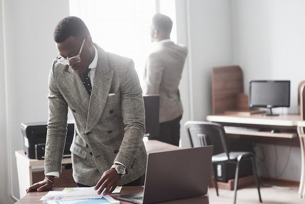 L'image de deux jeunes hommes d'affaires afro-américains qui interagissent lors d'une réunion au bureau