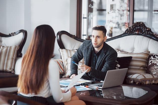 Image de deux partenaires commerciaux prospères travaillant à une réunion au bureau