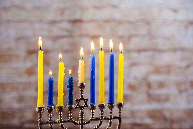 Image discrète de la fête juive de hanoucca de la fête juive de hanoucca avec la menorah