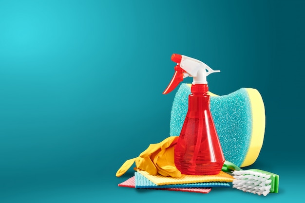 Image avec divers outils de nettoyage des locaux et agents de nettoyage sur fond bleu
