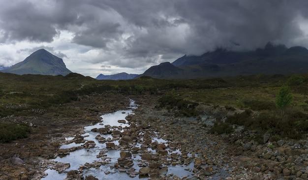 Image dramatique panoramique des montagnes black cuillin à sligachan, île de skye, ecosse