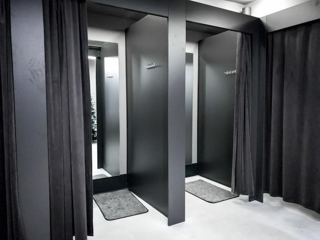 Image d'un dressing ou d'une cabine d'essayage dans un centre commercial moderne
