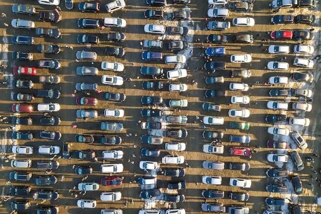 Image de drone aérien de nombreuses voitures garées sur le parking, vue de dessus.
