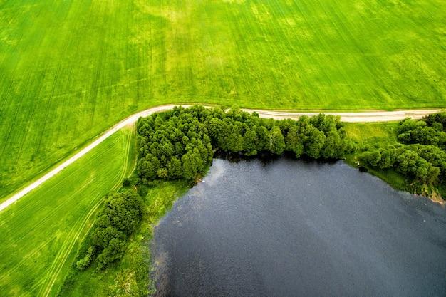 Image de drone de route du lac naturel de campagne et de prairie