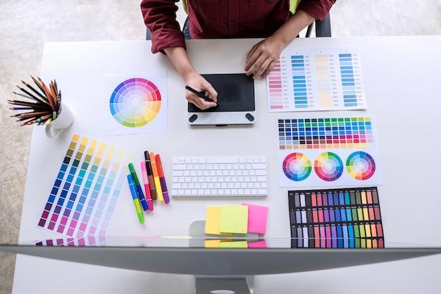 Image du graphiste créatif travaillant sur la sélection des couleurs et le dessin sur tablette graphique