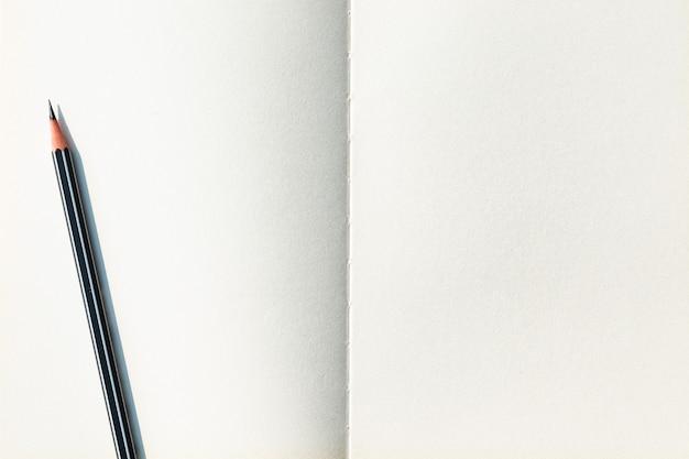 L'image du haut du cahier à spirale sur papier blanc et du crayon est séparée.