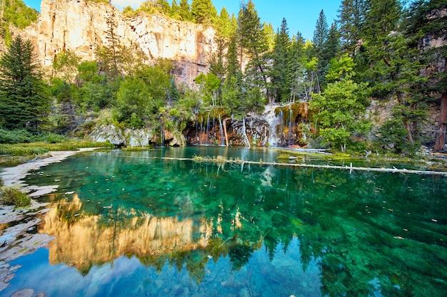 Image du lac suspendu avec de l'eau turquoise et des cascades dans les montagnes