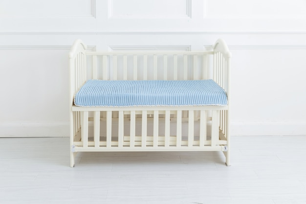 L'image du lit de l'enfant sous le fond blanc