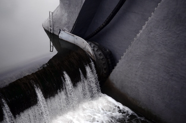 Une image de l'eau qui coule. le barrage est conçu pour réguler