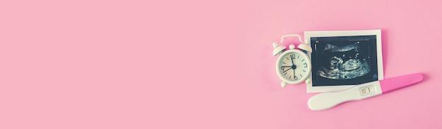 Image échographique de la photographie et des accessoires d'un bébé