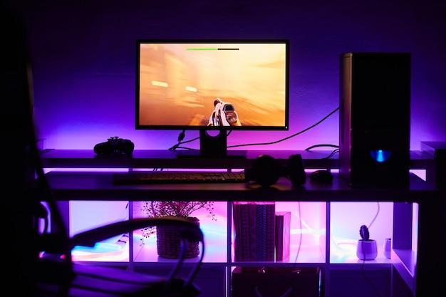Image d'écran d'ordinateur avec jeu sur la table avec une lumière vive dans une pièce sombre