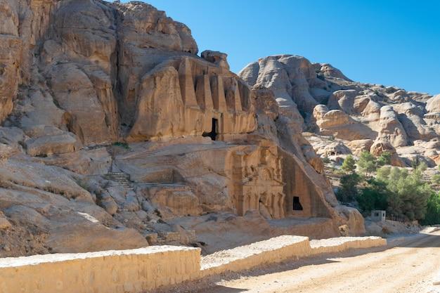 Image éditoriale des montagnes du jourdain jaune, des grottes et des tombes antiques