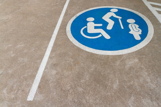 Image de l'espace libre point bleu de l'aire de stationnement des voitures avec fauteuil roulant ou personne handicapée