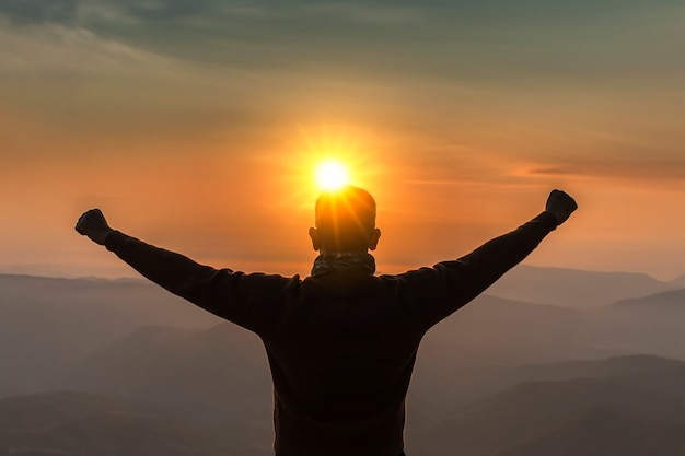 L'image est la silhouette. voyage des hommes vue sur la montagne au lever du soleil heureux.