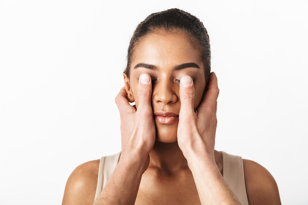 Image de femme africaine posant tandis que les mains de quelqu'un couvrant ses yeux.