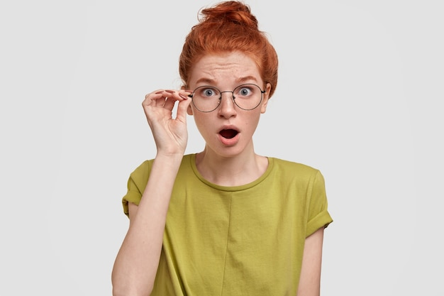 Image de femme aux cheveux rouges surpris garde la bouche ouverte