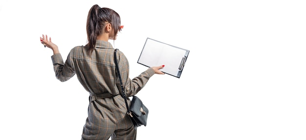 Image d'une femme dans un costume de style de vie avec une tablette
