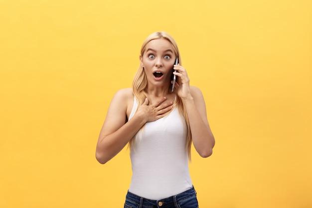 Image d'une femme magnifique en casual être surpris ou excité de recevoir une conversation agréable