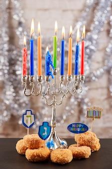 Image de la fête juive du fond de la fête juive de hanukkah avec des candélabres traditionnels menorah et b...