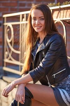 Image d'une fille aux cheveux longs dans la rue