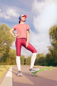 Image d'une fille faisant du skateboard dans le parc. notion de sport. technique mixte