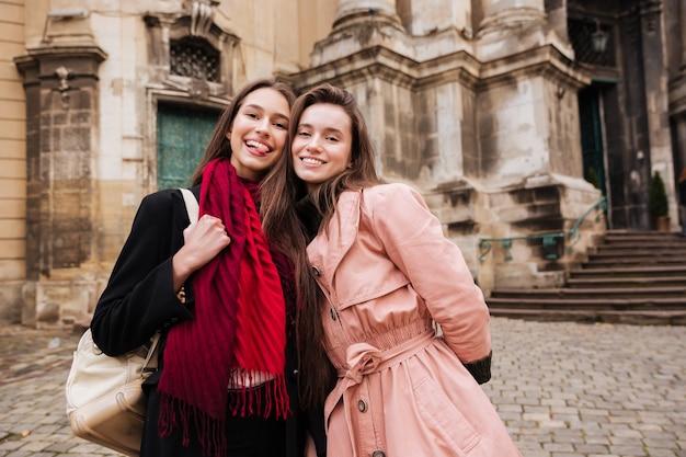 Image de filles de beauté en manteaux.