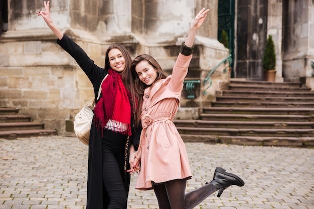 Image de filles drôles en manteaux.