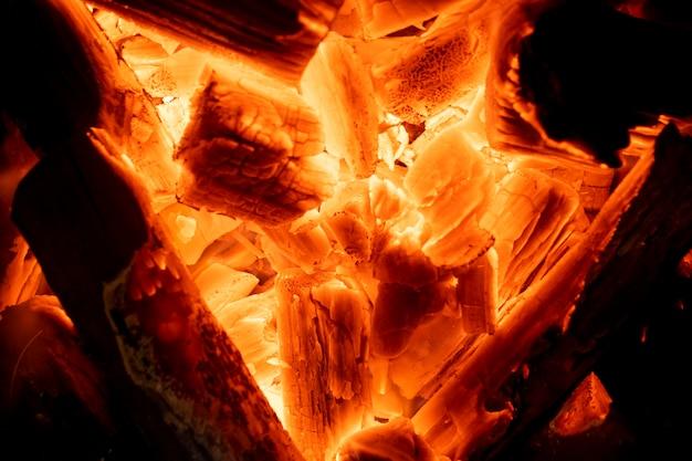 Image floue de braises de charbon brûlant