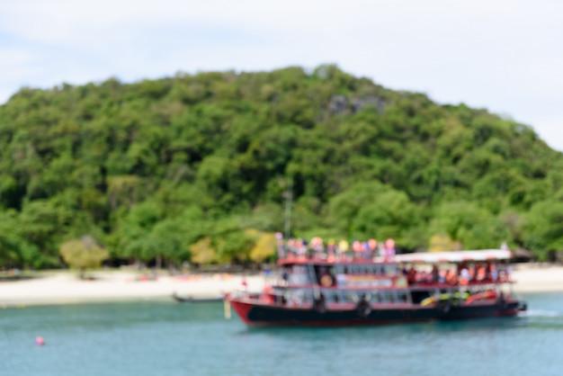 Image floue du bateau de tourisme en mer d'andaman, thaïlande