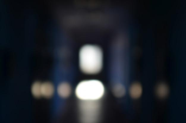 L'image floue du couloir sombre d'un édifice public négligé.
