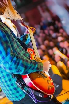 L'image floue du musicien de rock au concert abstrait avec les lumières de la scène. concert d'un groupe de rock abstrait