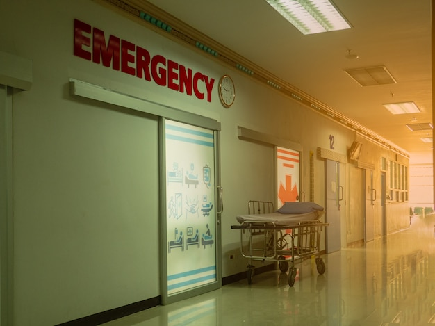 Image floue de l'entrée de la salle d'urgence