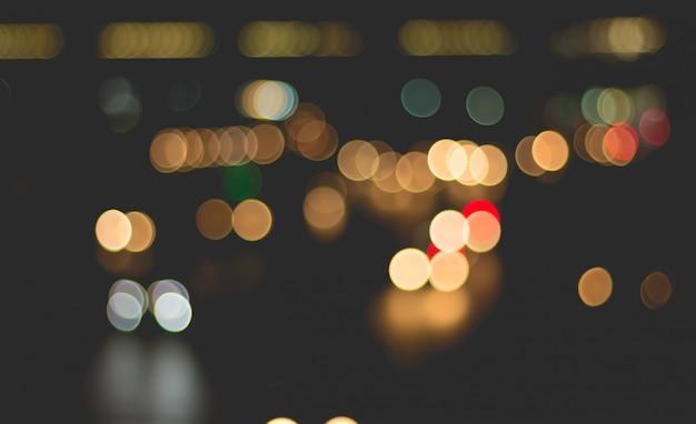 Image floue de la lumière de la voiture et de la circulation dans la ville pour abstrait