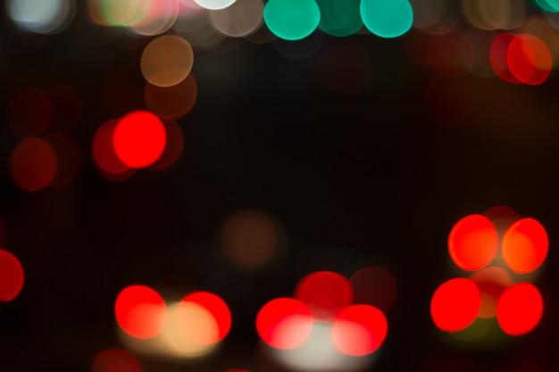 Image floue de la lumière de la voiture et de la circulation dans la ville pour résumé