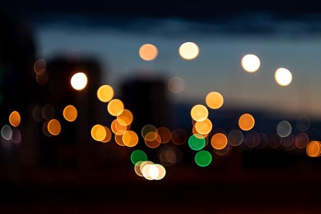 Image floue - lumières vives de la ville
