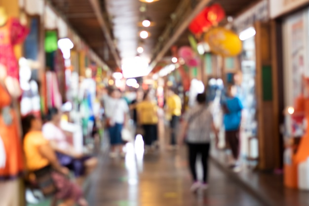 Image floue d'un marché avec de nombreuses personnes et vendeurs