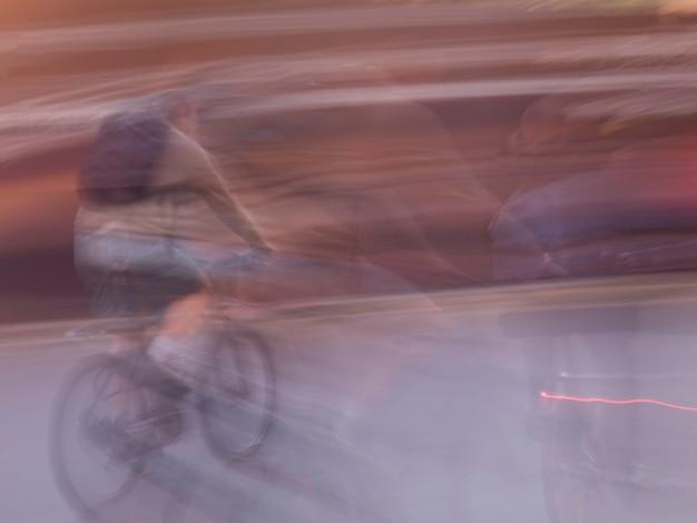 Image floue d'une personne faisant du vélo à paris france