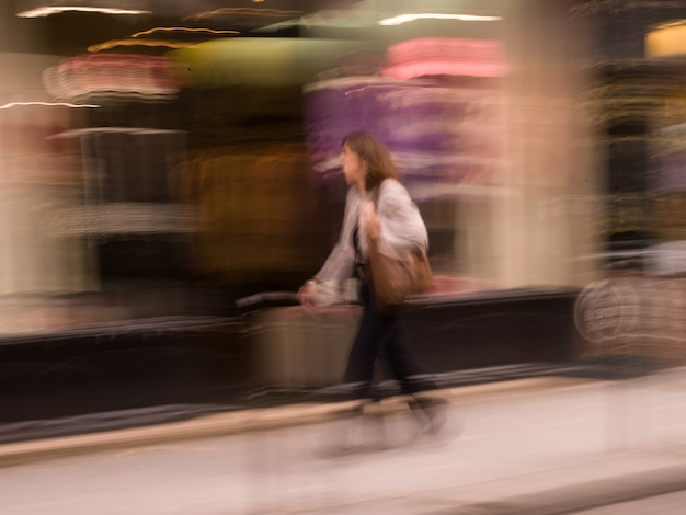 Image floue d'une personne marchant dans paris france